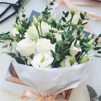 Букет из лизиантуса, букет на 8 марта, букет с эвкалиптом, доставка букетов по москве, москва цветы, цветы, лизиантус, нежность, нежный букет, букет для учителя, букет для девушки, цветы доставка по москве
