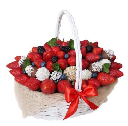 Подарочная корзина, Фруктовая корзина, Корзина с клубникой, доставка подарков по москве, женская корзина, корзина с фруктами, корзина на выписку, подарок на день рождение