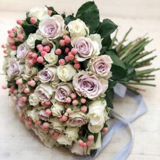 Букет из роз и гиперикума, доставка цветов по Москве недорого, купить розв В Москве, нежный букет из роз купить с доставкой, цветы, Розы, Цветы марьино, Цветы ЮВАО