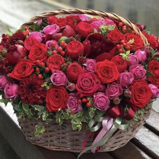 """Париж, Корзина с цветами """"Париж""""Подарочная корзина с цветами с доставкой по Москве, Красные цветы в корзине, Подарочная корзина с цветами для женщины заказать в Москве с доставкой, Корзина с цветами на юбилей, Купить букет в корзине"""