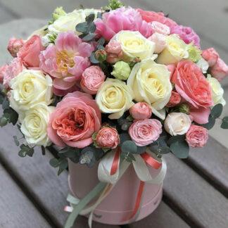 Цветы в шляпной коробке купить или закать в Москве с доставкой, цветы, розы, Москва цветы, Букет из роз и эвкалипта, Коралловые цвет роз заказть букет в шляпной коробке, Доставка цветов по Москве, Купить цветы с доставкой на 8 марта