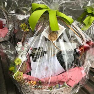 Подарочная корзина для женщины купить в Москве, короративные подарки для женщин в москве, купить женскую корзину на 8 марта, подарки для женщин на 8 марта, женская корзина в подарок купить, доставка подарков по мокве для женщин, 8 марта подарки Москва, подарочные наборы дешево в москве