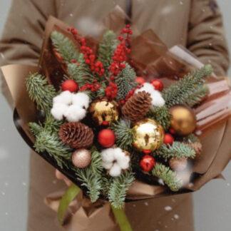 Новогодний букет купить дёшево с доставкой по Москве, Букет из ёлки с красными новогодними шарами, Новогодний букет Москва, дешево букет Новый год, Новый год, корпоративные подарки на Новый год, букет из живой ёлочки, нобилис, заказать букет на Новый год