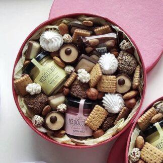 Подарочные набор с шоколадом и мёдом, ассорти из шоколада и печенья, Сладкий подарок в шляпной коробке, Подарок на детский день рождения, подарочный бокс со сладостями, подарок на 14 февраля, Подарки на 8 марта Москва, букет из шоколада, букет из шоколада и зефира, доставка подарков по Москве, Купить сладкий подарок на день рождения, подарочные наборы для женщин, Подарочные наборы по низким ценам с доставкой по Москве, подарки Москва, ассорти из шоколада в подарочной коробочке, подарок на день святого Валентина для девушки,