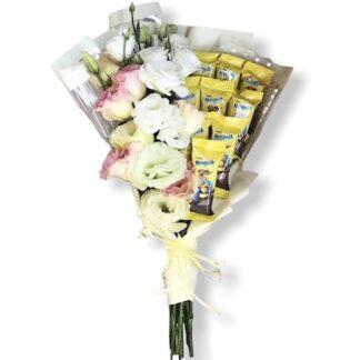 Букет из цветов и шоколада, детский букет купить, заказать недорогой букетик на 8 марта, букет для учителя, букет на 1 сентября, букет к 8 марта, букеты москва, цветы, цветы с шоколадом, букетик для дочки, на линейку букет заказать с доставкой по Москве, Эустома маленький букет купить, заказ с доставкой цветов по низкой цене, Букет из шоколада, Букет из батончиков, съедобные букеты для детей москва