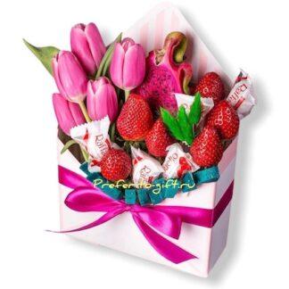Подарочный набор с цветами и клубникой, букет из клубники, подарки на 8 марта купить недорого, Подарки Москва, подарки для женщин, доставка букетов по Москве, цветы к 8 марта, 8 марта,