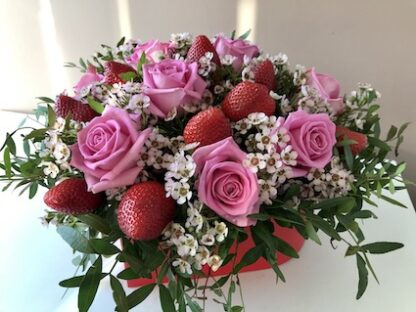 Букет из клубники, букет из роз, цветы, Клубничный букет, Букет для девушки, Букет на 8 марта, Букет в шляпной коробке, Купить цветы недорого, преферито, Preferito