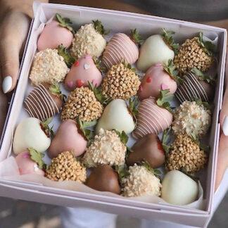 Коробка из микса клубник в шоколаде, подарочный набор с клубникой в шоколаде, десерт из клубники и шоколада, клубника в шоколаде заказать с доставкой по Москве, купить клубнику в шоколаде в подарочной коробочке, подарок а 14 февраля, подарок для девушки на день рождение, подарок на 8 марта, Подарок для учителя купить