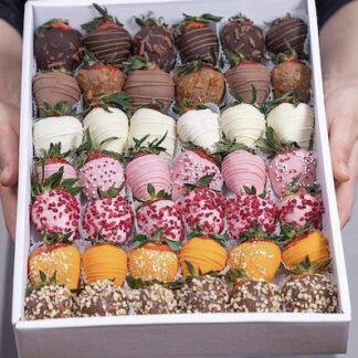 Большой подарочный набор с клубникой в шоколаде, десерт для всей семьи из клубники в шоколаде, купить клубнику в шоколаде, Букет из клубники в шоколаде, подарочный набор из клубники в шоколаде, доставка клубники в коробочке, купить клубнику в шоколаде