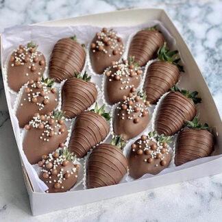 Клубника в шоколаде, купить десерт из клубники с доставкой, подарочный набор с клубникой в шоколаде, подарок на детский праздник, десерт заказать, доставка букетов из ягод, подарок для девушки, преферито