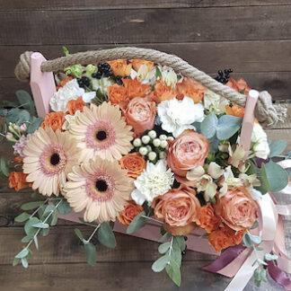 Букет цветов в ящике, Цветы, букет для учителя, Заказать букет для женщины с доставкой по Москве, Цветы персикового цвета, Купить букет недорого